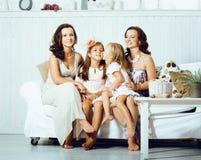 Sourire heureux assez moderne de famille de jeunes à la maison, peop de mode de vie image libre de droits