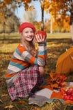 Sourire heureux d'adolescent Portrait d'automne de belle jeune fille dans le chapeau rouge image stock