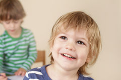 Sourire heureux d'enfant d'élève du cours préparatoire Photos libres de droits