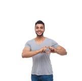 Sourire heureux d'homme d'exposition de coeur de forme de geste occasionnel de doigt Photographie stock libre de droits