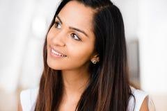 Sourire heureux de belle verticale indienne de femme images libres de droits