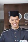 Sourire heureux de concierge d'hôtel photographie stock