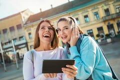 Sourire heureux de deux jeune beau femmes Photographie stock