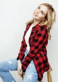 Sourire heureux de femme de cheveux assez blonds de jeunes d'isolement sur b blanc Photos stock