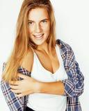 Sourire heureux de femme de cheveux assez blonds de jeunes d'isolement sur b blanc Photo libre de droits