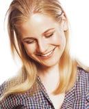 Sourire heureux de femme de cheveux assez blonds de jeunes d'isolement sur b blanc Photo stock