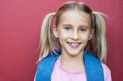 Sourire heureux de fille d'école images libres de droits