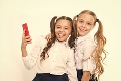 Sourire heureux de filles avec les t?l?phones portables 4g Utilisant 4g de technologie de t?l?communications mobile sans fil images stock