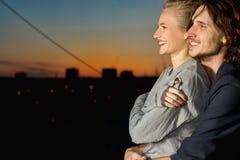 Sourire heureux de jeune femme et d'homme Photos stock