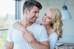 Sourire jolis et beaux jeunes couples blancs photographie stock