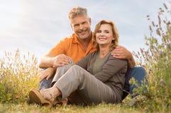 Sourire mûr de couples extérieur Photographie stock