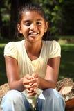 Sourire magnifique en soleil d'or de jeune fille photo libre de droits
