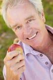 Sourire mangeur d'hommes aîné de pomme Images libres de droits