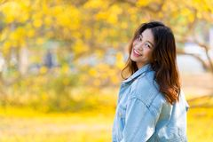 Sourire mignon de jeune adolescent de femmes asiatiques mignonnes heureux photos stock