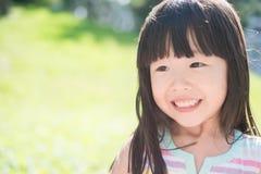 Sourire mignon heureusement images libres de droits