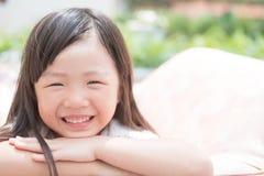 Sourire mignon heureusement image libre de droits