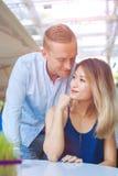 Sourire multiculturel heureux de couples Photo stock
