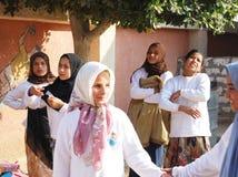Sourire musulman d'amie, jouant en Egypte Image libre de droits