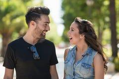 Sourire parlant d'extérieur de couples heureux Image libre de droits