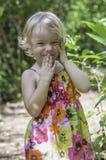 Sourire parmi la verdure Photographie stock