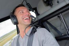 Sourire pilote et regard au-dessus de l'épaule Images libres de droits