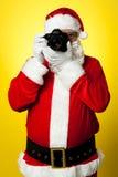 Sourire s'il vous plaît ! Santa saisissant une trame parfaite photographie stock libre de droits