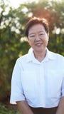 Sourire supérieur asiatique de femme en soleil Images libres de droits