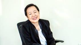 Sourire supérieur asiatique exécutif de femme dans le bureau Photographie stock