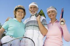 Sourire supérieur heureux de joueurs de tennis Photographie stock libre de droits