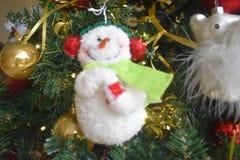 Sourire sur l'arbre de Noël photos stock