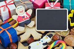Sourire sur le fond des décorations de pain d'épice de Noël Photographie stock libre de droits