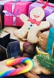 Sourire sur le fond du pain d'épice de Noël Photo libre de droits