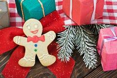 Sourire sur le fond du pain d'épice de Noël Images libres de droits