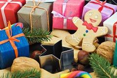 Sourire sur le fond du pain d'épice de Noël Photos libres de droits
