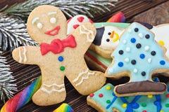 Sourire sur le fond du pain d'épice de Noël Image stock
