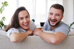 Sourire temps gratuit de dépense masculine femelle et barbue détendant sur s Image stock