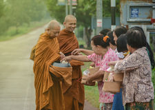 Sourire thaïlandais de moines bouddhistes photo libre de droits