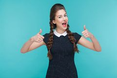 Sourire toothy de femme de bonheur et représentation comme le signe à l'appareil-photo image stock