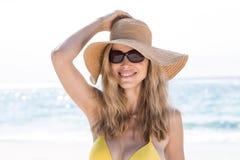 Sourire verres de soleil de port assez blonds et regarder l'appareil-photo Photographie stock libre de droits