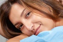 Sourire Verticale d'une belle jeune femme Fin femelle de visage vers le haut photos stock