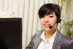 Sourires attrayants de jeune femme utilisant l'écouteur Images libres de droits
