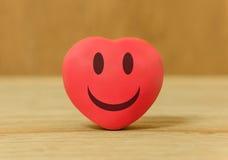 sourires de coeur pour l'amour dans la Saint-Valentin sur en bois Images stock