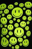 Sourires heureux au-dessus de fond noir Photographie stock libre de droits