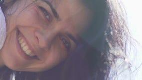 Sourires heureux de femme à la caméra, à la vie joyeuse, au bonheur et à la liberté, belle dame clips vidéos