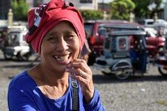 Sourires mûrs ethniques de femme comme elle prie pour l'aumône à la vieille cour d'église Fin vers le haut photographie stock