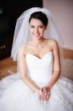 Sourires magnifiques de jeune mariée Photo stock