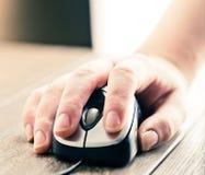 Souris d'ordinateur avec la main Photographie stock libre de droits
