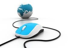 Souris d'ordinateur connectée à un globe Images stock