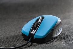 Souris d'ordinateur de couleur bleue lumineuse Détails noirs plastique Technologies modernes Fond noir Ordinateur photographie stock