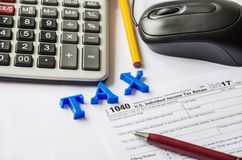 Souris de la feuille d'impôt 1040, de la calculatrice, du stylo, du crayon et de l'ordinateur images libres de droits